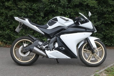 Image of 2013 (63) Yamaha YZF R125 White Gold Wheels Learner Legal Supersport MOT with Extras